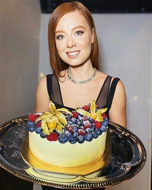 Юлия Савичева приготовила роскошный торт в честь родителей после года разлуки
