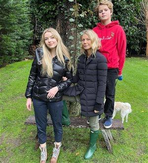 Гвинет Пэлтроу: редкое фото с подросшими детьми - на могиле отца
