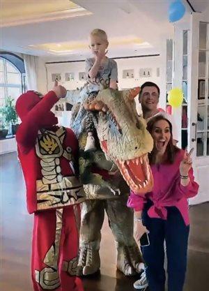 Внуку Винокура - 5 лет: громадный шагающий динозавр и ниндзя-торт