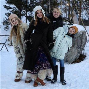 Наталья Водянова с тремя старшими детьми под Мурманском: легли российским флагом