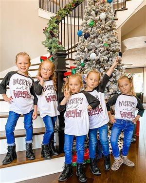 Пятерняшки Басби ушли на каникулы - праздновать Рождество