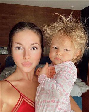 Нюша с дочкой Симбой и Егором Кридом: какое фото лучше?