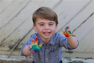 Младший сын Уильяма и Кейт - новые фото в честь 2-летия: 'Ну как похож на маму!'