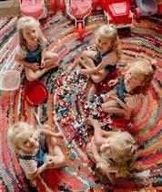 Чем занимаются на карантине пятерняшки Басби: нашили подушек во все кукольные дома