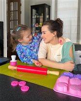 Елена Темникова учится готовить с дочкой - пока муж коптит рыбу