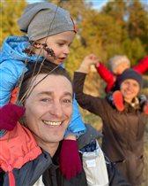 Сергей Безруков с женой и детьми на прогулке: 'Что же вы без масок?'