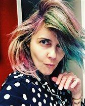Ольга Шелест с новой причёской: дочки Муза и Айрис покрасили маму в 4 руки