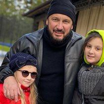 Стас Михайлов с женой и дочками на рыбалке: 'Не убивайте рыбу, всё равно есть не будете!'