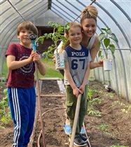 Мария Кожевникова с сыновьями на огороде: 'Какая у вас крепкая рассада!'