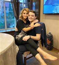Ольга Орлова на коленях у взрослого сына: 'Ого, зачем вы на него залезли?'