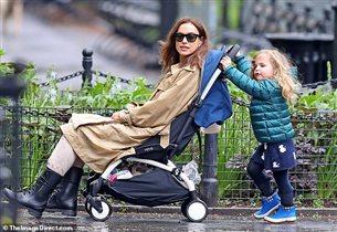 Ирина Шейк c дочкой на прогулке, дома - с Путиным