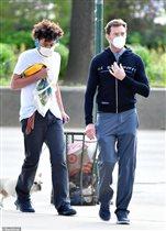Хью Джекман с сыном в масках - и 24-я годовщина свадьбы в разгар карантина