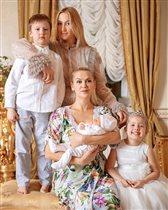 Жена Павла Буре с тремя детьми и их бабушкой: 'А где Павел?'