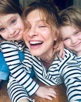 Елена Подкаминская, фото с детьми: 'Родила троих - и такие ножки!'