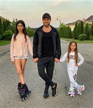 Александр Ревва с дочками: 'Самая красивая семья!'