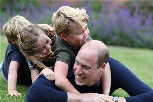 Принц Уильям валяется на траве с детьми: 'Все его травмы от развода и смерти матери залечены'