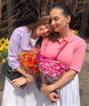 Екатерина Стриженова с обеими дочками и их избранниками: защищает детей от хейтеров