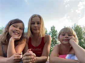 Юлия Пересильд с дочками на даче: 'Чем пахнет влюбленность?'