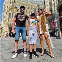Анна Нетребко с мужем и сыном: 'Шикарные ноги!' - 'В приличном обществе так не принято'
