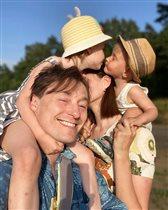 Сергей Безруков с женой и 2 младшими детьми: 'Добра! Любви! Счастья!'