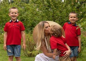 Мария Кожевникова с 3 сыновьями на грядках и в курятнике: 'Поделюсь любимыми сортами помидоров'