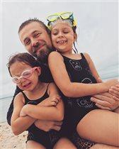 Ольга Шелест с мужем и дочками Музой и Айрис: 'Мама, возьми себя в рукав!'
