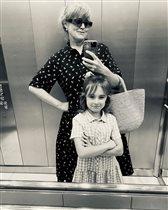 Анна Михалкова показала дочь-первоклассницу: 'Раньше волновалась за детей, сейчас - за школу'