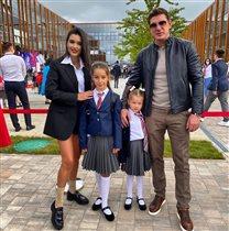 Ксения Бородина с мужем и дочками на пороге школы: 'Мы уже вытолкали своих'