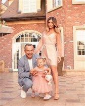 Нюша с мужем и дочкой Симбой Сивовой впервые вышли в свет: 'Снова беременна?'