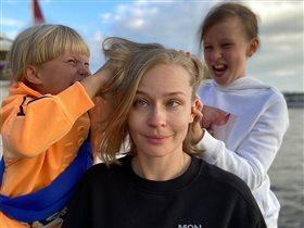 Юлия Пересильд с дочками - снова в школу: 'Девочки красавицы и букеты тоже'