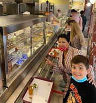 Анна Нетребко в Москве: 12 лет сыну, необыкновенные наряды и обед в столовой