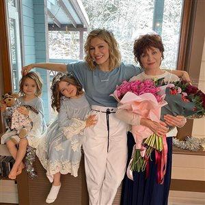 Елена Подкаминская с мамой, двумя дочками и малышом-сыном