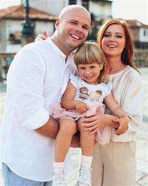 Юлия Савичева боится оставлять дочь с няней: 'Нет у меня доверия к чужим людям'